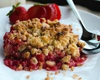 Celebrate spring with this gluten-free strawberry rhubarb crumble